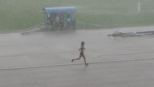 Соревнования спортсменок под проливным дождем в Челябинске попали на видео