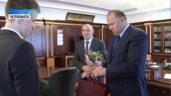 Полпред президента вручил подарки школьникам