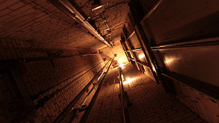 Рухнувшая кабина лифта травмировала монтера в Челябинске