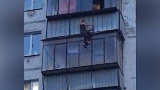 Женщина вылезла на край балкона в челябинской многоэтажке