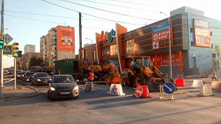 На улице Российской возле торгового комплекса «Радуга» в Челябинске провалился асфальт