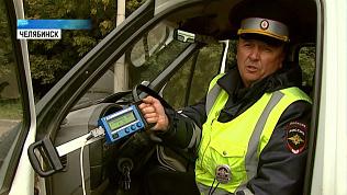 Сотрудники ДПС проверяют пассажирские газели
