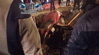 Иномарка провалилась под землю на проспекте Победы в Челябинске