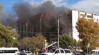 Сильный пожар вспыхнул в одном из домов возле главного корпуса ЧелГУ