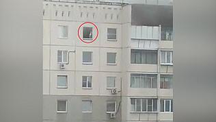 Ребенка на карнизе многоэтажного дома в Челябинске сняли на видео очевидцы