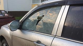 Разбитые стекла у своих автомобилей обнаружили жители микрорайона Парковый-2