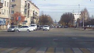 Столкновение двух легковушек на перекрестке в Магнитогорске попало на видео