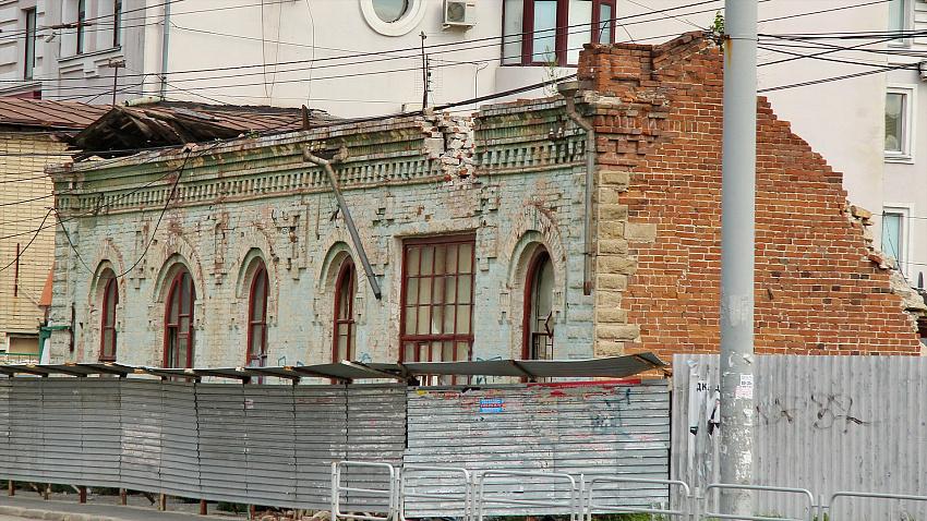 Полуразрушенное историческое здание в центре Челябинска стало камнем преткновения