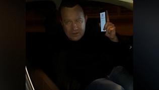 Целый час на морозе таксистка ждала, пока пьяный пассажир освободит водительское место
