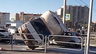 На улице Овчинникова ГАЗель упала на легковушку