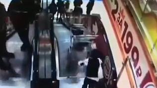 Тележка с маленьким мальчиком упала с эскалатора и попала на видео