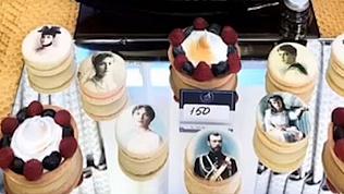 Пирожными с лицами семьи Романовых накормили гостей фуршета