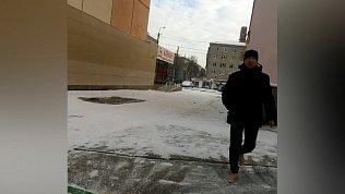Босоногий мужчина, гуляющий по снегу, удивил жителей Копейска
