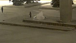 Ребенок в Нижнем Тагиле потушил Вечный огонь снегом. ВИДЕО
