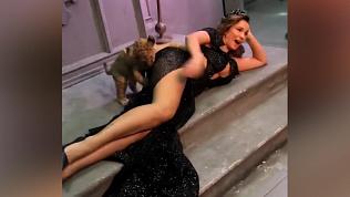 Знатный кусь: Анфиса Чехова устроила фотосессию со львенком, который покусал телеведущую