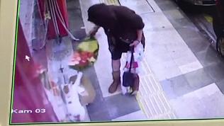 Неслыханная наглость: женщина отобрала у кошки одеяло на холодной улице