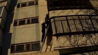 Спасатели Миасса сняли застрявшего на балконе школьника