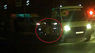 Водитель маршрутки едва не сбил женщину с ребенком на ЧМЗ