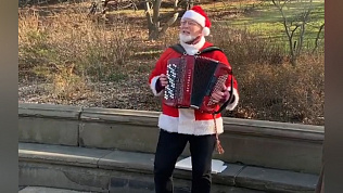 Распевающего «Очи Черные» Санта-Клауса снял на видео Артемий Панарин