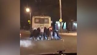 Челябинцы вдесятером спасли троллейбус на ЧТЗ
