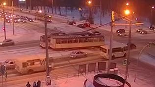 Пятничный «поцелуй» трамваев запечатлела камера видеонаблюдения