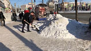 Ряженные чиновники метут улицы Челябинска