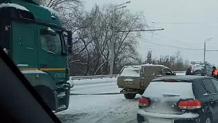 Легковые автомобили буксируют застрявшие фуры на Свердловском тракте. ВИДЕО