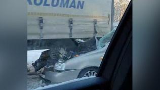 Легковушка попала под КамАЗ рядом с Миассом, пострадала пассажирка. ВИДЕО