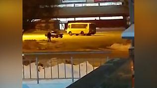 Челябинцев удивил ПАЗик, устроивший дрифт на парковке ТРК. ВИДЕО