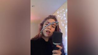 Девушка Илона Маска спела песню на русском, однако не справилась с матом