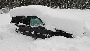 Владельцев «зимующих» во дворах машин вычислят городские власти