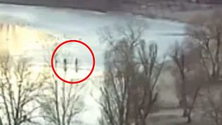 Хотели спасти поклонниц селфи и сами попали под лед. ВИДЕО