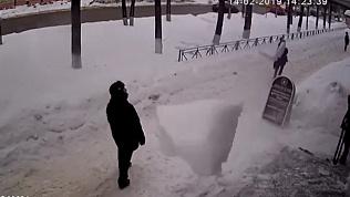 Падение огромной ледяной глыбы в Йошкар-Оле попало на видео. Чудом никто не пострадал