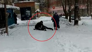 Пьяный мужчина напал на ребенка в Металлургическом районе. Видео от очевидца