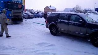Легковушка вытянула большегруз из снежной ловушки в Магнитогорске