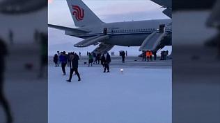 Самолет с двумя сотнями легко одетых иностранцев сделал вынужденную посадку на Чукотке. ВИДЕО