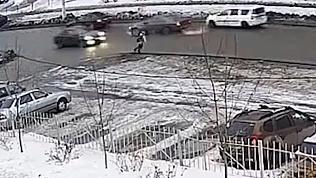 В Магнитогорске школьник прыгнул прямо под колеса. ВИДЕО