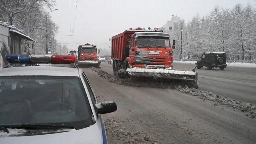 Уборка снега продолжается в Челябинске, несмотря на непрекращающийся снегопад