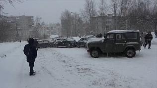 Не смогли затормозить из-за снегопада. В Златоусте больше десятка машин попали в аварии на одном участке