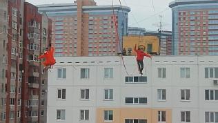 Канатоходцы прошлись между двумя многоэтажными зданиями на Урале