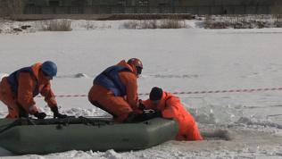Как спасти провалившегося под лед. Видео-урок от МЧС
