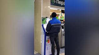 В Челябинске парень сыграл в компьютерную игру прямо на платежном терминале