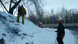 Самый большой сугроб в Челябинске покорили альпинисты