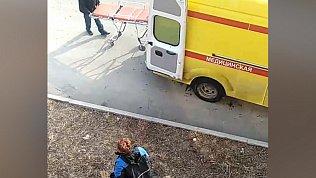 Женщина в Миассе выпала из окна 4-го этажа. Очевидцы сообщают о побеге по простыням. Видео 18+