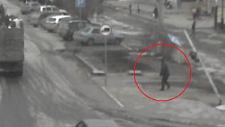 Светофор придавил мужчину в Златоусте. Видео 18+