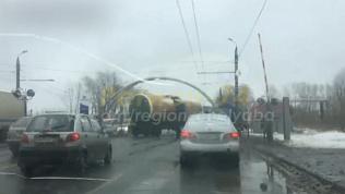 В Челябинске поезд пересек проезжую часть без оповещения