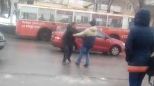 Южноуралец напугал автомобилистов прыжками под автомобили. ВИДЕО