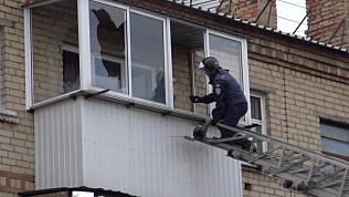 «Люди, я не сумасшедший!». Сотрудники МЧС эвакуировали кричащего мужчину с балкона