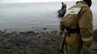 Операция по спасению уплывших на льдине рыбаков попала на видео