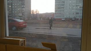В Копейске автомобилист сам начал ремонтировать дорогу. ВИДЕО
